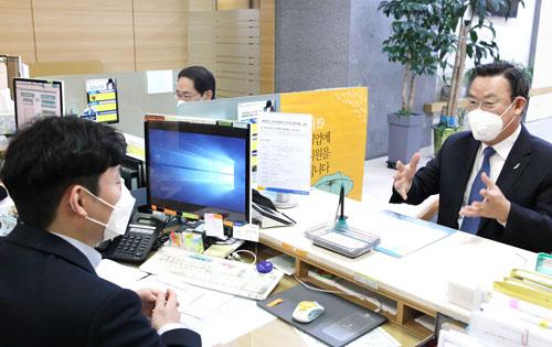 [김태영 은행연합회장, 코로나19 금융지원 현장 방문]에 대한 목록 사진
